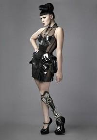 Photo of Viktoria Modesta showing her prosthetic leg