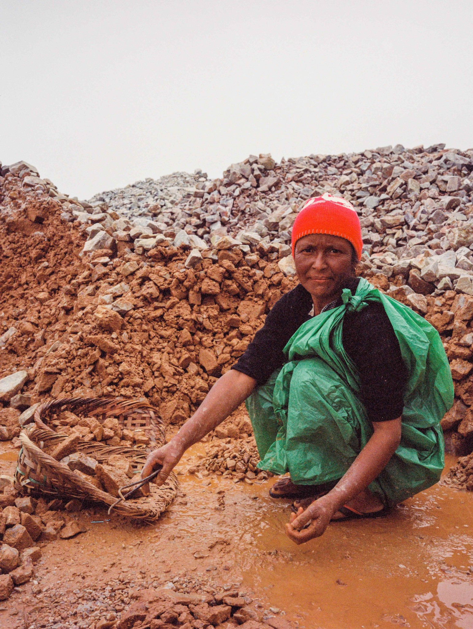 The women and children who break the stone are known as the 'nong shain maw', a Khasi word literally meaning 'the people who break the rock'.